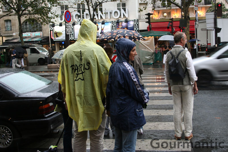 How to Look Like a Tourist in Paris